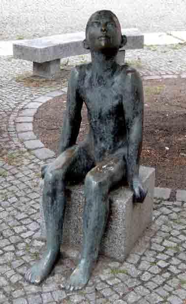 Werner-Stoetzer-Sitzender-Junge